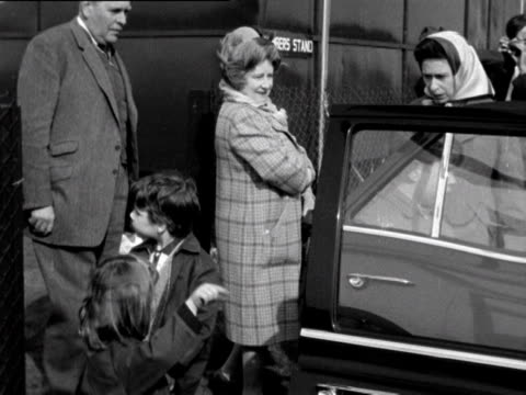 vidéos et rushes de queen elizabeth ii the queen mother prince edward and lady sarah armstrongjones get into a car to leave windsor park having watched prince charles... - duc d'edimbourg