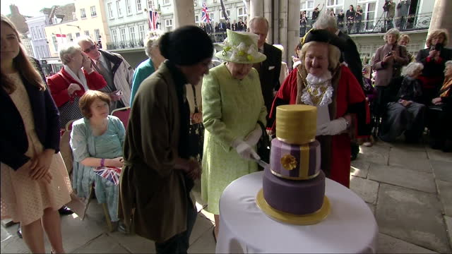 vidéos et rushes de queen elizabeth ii today celebrated her 90th birthday her majesty enjoyed another rendition of 'happy birthday' as she cut into her birthday cake... - 90e anniversaire anniversaire