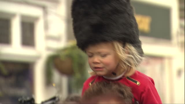 vidéos et rushes de queen elizabeth ii today celebrated her 90th birthday royal fans and supporters lined the streets of windsor to catch a glimpse of the queen young... - 90e anniversaire anniversaire
