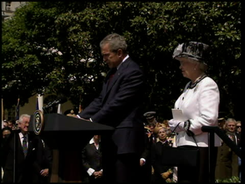 stockvideo's en b-roll-footage met queen elizabeth ii visit to white house; george w bush speech sot - the american people are glad to welcome your majesty back to the united states /... - us president