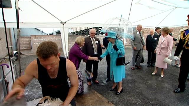 vídeos de stock e filmes b-roll de queen elizabeth ii visits dumfries scotland dumfries castle douglas wallets marts photography * * royal maroon bentley state limousine car arriving... - tosquiar