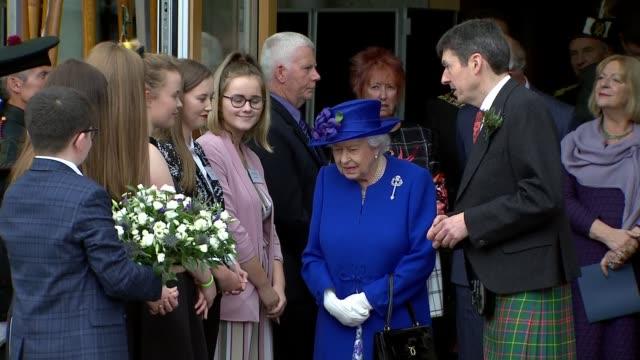 queen elizabeth ii visits holyrood to mark 20th anniversary of scottish parliament scotland edinburgh scottish parliament ext queen elizabeth ii and... - holyrood bildbanksvideor och videomaterial från bakom kulisserna