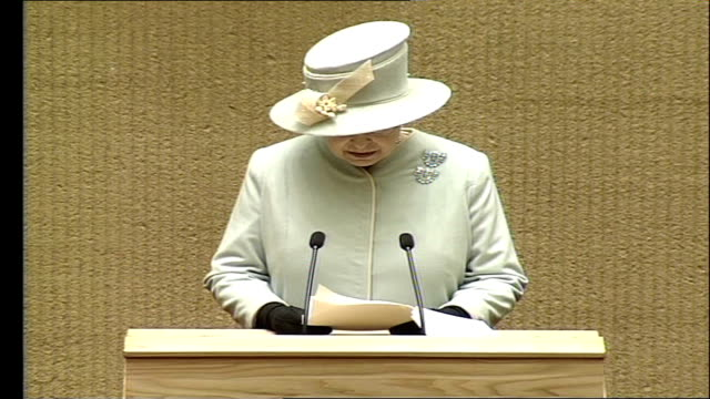 vidéos et rushes de queen elizabeth ii visits lithuania / speech to parliament; - during years of occupation contacts between uk and baltic states were limited, but... - s'impliquer à fond