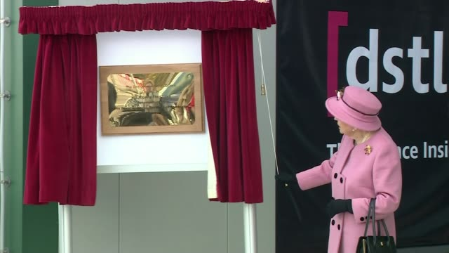 queen elizabeth ii visits porton down with prince william on her first public engagement since lockdown; england: wiltshire: salisbury: porton down:... - königin stock-videos und b-roll-filmmaterial
