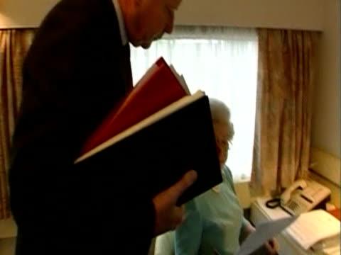 stockvideo's en b-roll-footage met queen elizabeth ii works in the royal train with private secretary during her golden jubilee royal tour newcastle - 50 jarig jubileum