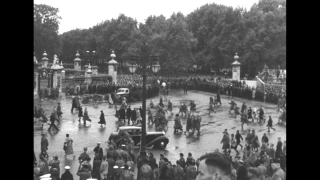 queen elizabeth ii's procession continues to buckingham palace after her coronation / as coach enters palace grounds, crowd rushes palace fence /... - palace video stock e b–roll