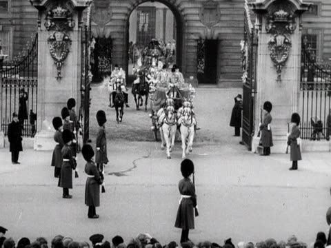 queen elizabeth leaves buckingham palace in the state coach as she heads to her first state opening of parliament 1952 - the queen's speech state opening of uk parliament stock videos & royalty-free footage