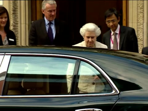 queen elizabeth leaving the london clinic after visiting prince philip duke of edinburgh in hospital for his 92nd birthday queen elizabeth visits... - 退院点の映像素材/bロール