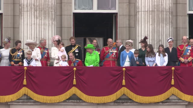 queen elizabeth ll and prince philip with royal family on the balcony at buckingham palace for the queens 90th birthday celebrations on june 11th 2016 - balkon stock-videos und b-roll-filmmaterial