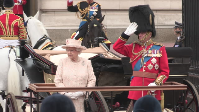vídeos y material grabado en eventos de stock de queen elizabeth ll with prince philip reviews the mounted household cavalry at buckingham palace at the trooping of the colour parade on the queen's... - cavalry
