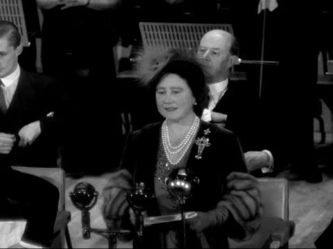 stockvideo's en b-roll-footage met queen elizabeth makes a speech at the opening of manchester's new free trade hall - koningin koninklijk persoon