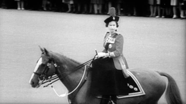stockvideo's en b-roll-footage met / queen elizabeth on horseback surrounded by beefeaters / horse guard parade to celebrate her official birthday / trooping the color ritual / cu... - recreatief paardrijden