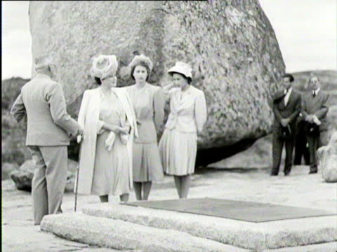 queen elizabeth princess elizabeth and princess margaret visit a monument on a royal tour of south africa - ロイヤルツアー点の映像素材/bロール
