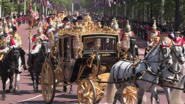queen elizabeth returns to buckingham palace in the royal coach for state opening of parliament 2015 - the queen's speech state opening of uk parliament stock-videos und b-roll-filmmaterial