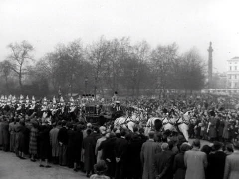 queen elizabeth rides in the state coach as it travels through horse guards parade to westminster for the state opening of parliament 1952 - thronrede britische parlamentseröffnung stock-videos und b-roll-filmmaterial