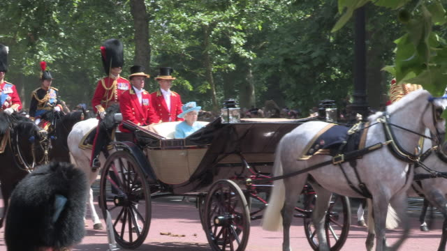 vídeos y material grabado en eventos de stock de queen elizabeth riding in an open carriage in the mall with the household cavalry for the trooping the colour official annual birthday clebrations. - reina persona de la realeza