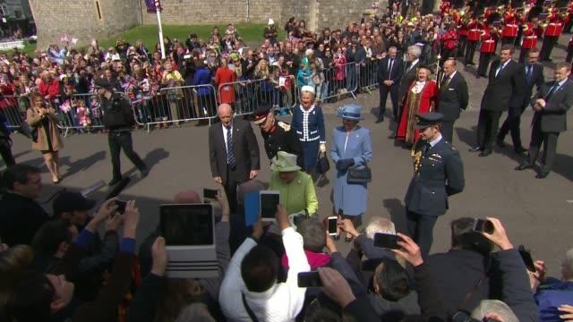 vidéos et rushes de queen elizabeth steps down as patron of charities lib / t21041633 berkshire windsor ext queen elizabeth preparing to cut 90th birthday cake nadia... - 90e anniversaire anniversaire