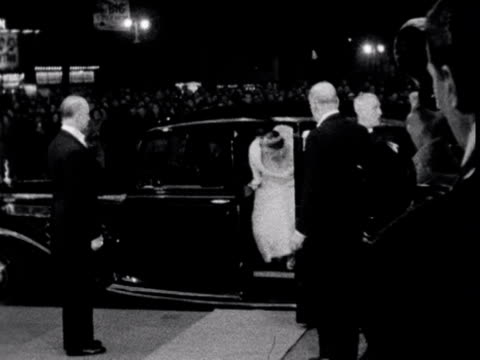 vidéos et rushes de queen elizabeth the queen mother and princess margaret arrive at the empire cinema in leicester square for the premiere of the film the horse's mouth... - première de film