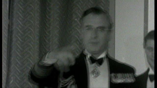 vídeos de stock, filmes e b-roll de queen elizabeth to meet sinn fein's martin mcguinness; tx 2.2.1956 1956 buckinghamshire:: high wycombe: int b/w lord mountbatten speaking at function - partido político