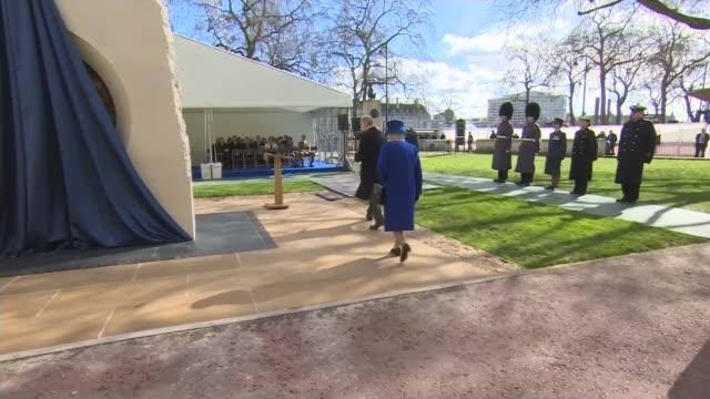 vidéos et rushes de queen elizabeth unveils iraq and afghanistan national war memorial embankment gardens queen elizabeth along to unveil war memorial close shots... - mémorial