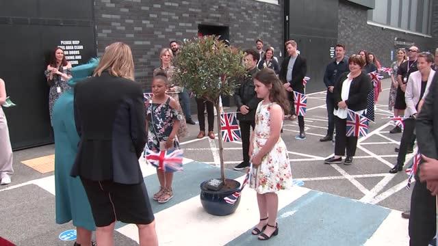 queen elizabeth visits coronation street set; england: manchester: coronation street set: int **warning flash photography** queen elizabeth ii on... - soap opera stock videos & royalty-free footage