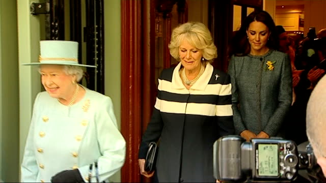 queen elizabeth visits fortnum and mason ext **brass band head over following** queen elizabeth camilla duchess of cornwall and catherine duchess of... - herzogin stock-videos und b-roll-filmmaterial