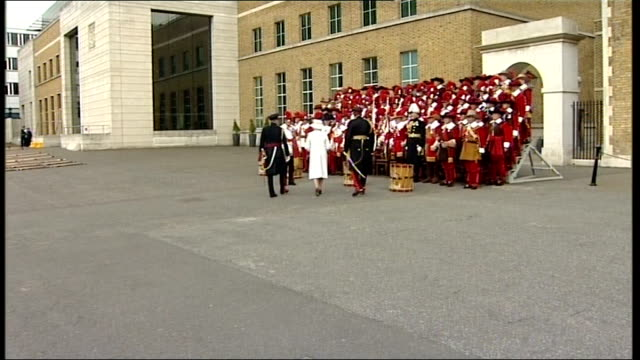 queen elizabeth visits the company of pikemen and musketeers queen elizabeth and prince philip take seats with members of company of pikemen and... - prinz michael von kent stock-videos und b-roll-filmmaterial