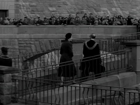 queen elizabeth walks with the lord mayor and admires the new claerwen dam in powys. 1952. - 中央ウェールズ点の映像素材/bロール