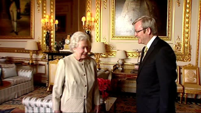 vídeos de stock, filmes e b-roll de queen elizabeth welcomes australian prime minister to buckingham palace england london buckingham palace photography * * kevin rudd stands in doorway... - 2008