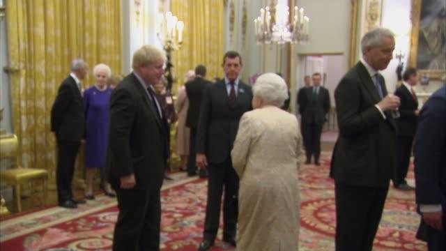vídeos y material grabado en eventos de stock de queen hosts buckingham palace reception for the commonwealth community.; england: london: buckingham palace: int queen elizabeth ii / queen shaking... - boris johnson