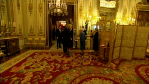 vídeos y material grabado en eventos de stock de queen hosts reception for the dramatic arts at buckingham palace; sylvia simms , alan bennett , timothy spall , uma thurman , richard wilson , joan... - alan yentob