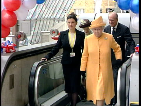 queen in france to celebrate entente cordiale anniversary itn pool london waterloo queen elizabeth ii towards up escalator next station official... - フランス点の映像素材/bロール