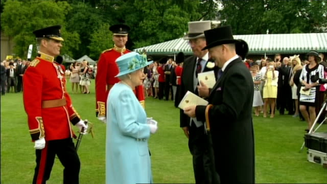 queen inspects grenadier guards and holds garden party queen along for official photograph / queen sat with grenadier guards for official group... - 近衛兵点の映像素材/bロール
