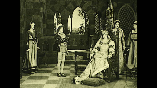 vidéos et rushes de queen isabella escorted to her throne by servants and sits down; servants kneeling and she raises her hand. historical reenactment of early american... - christopher columbus explorateur