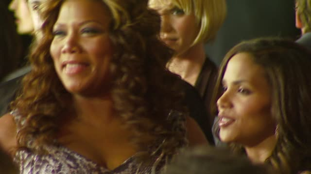 stockvideo's en b-roll-footage met queen latifah, halle berry at the 2007 people's choice awards arrivals at the shrine auditorium in los angeles, california on january 9, 2007. - people's choice awards