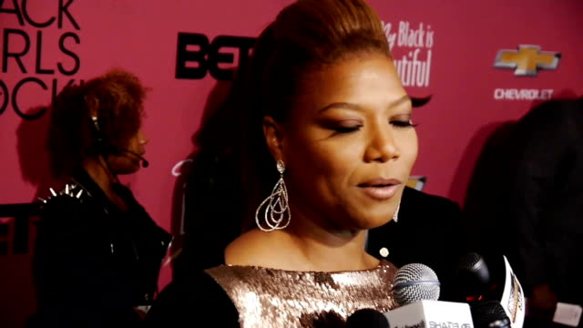 vídeos de stock e filmes b-roll de queen latifah on the red carpet discussing her talk show the barney's ny controversy and being honored at the black girls rock event - 2013