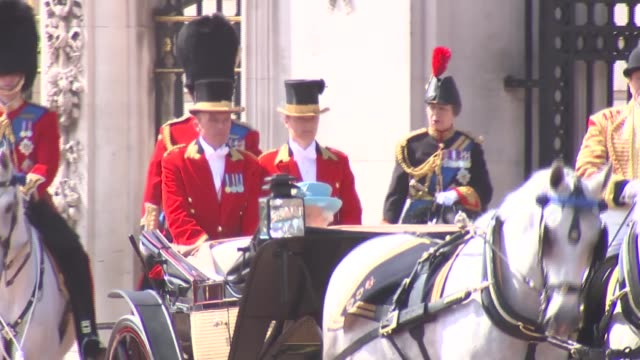 vídeos de stock, filmes e b-roll de queen leaves buckingham palace for trooping of the colour / crowds and police outside palace england london buckingham palace ext queen elizabeth ii... - 2018