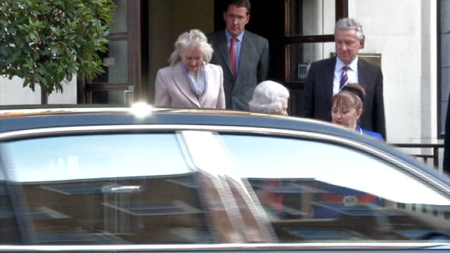 london king edward vii hospital ext the queen walks down steps of hospital entrance shakes hands with hospital staff into car and away - 退院点の映像素材/bロール