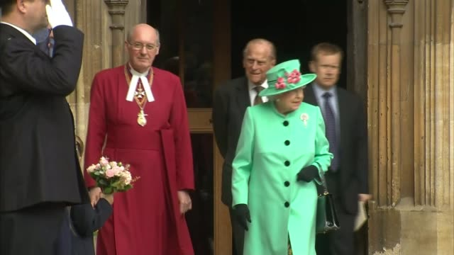 vidéos et rushes de queen leaving st george's chapel after easter service england berkshire windsor windsor castle ext queen elizabeth ii from st george's chapel after... - service religieux