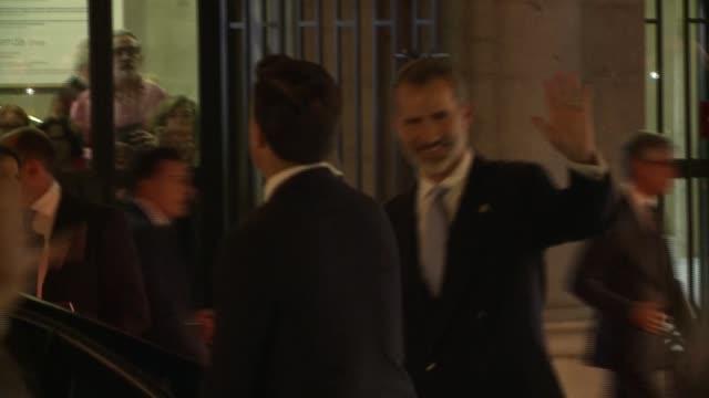 vídeos y material grabado en eventos de stock de queen letizia of spain and king felipe vi leave the royal theatre on september 19 - letizia
