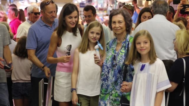 vídeos de stock e filmes b-roll de queen letizia of spain queen sofia princess leonor of spain and princess sofia of spain buy at the market - princesa