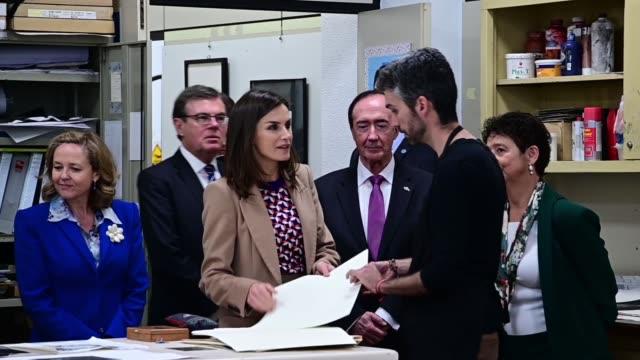 vídeos y material grabado en eventos de stock de queen letizia of spain visits the school of engraving and design of spain's mint on april 8 2019 in madrid spain - letizia