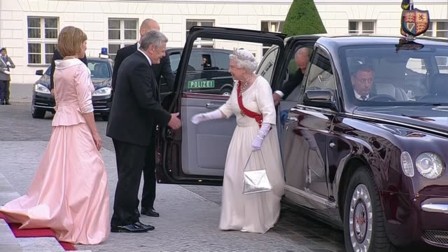 queen makes keynote speech on european unity; germany: berlin: ext royal convoy lead by police motorcycles and queen waving as past queen elizabeth... - königin stock-videos und b-roll-filmmaterial