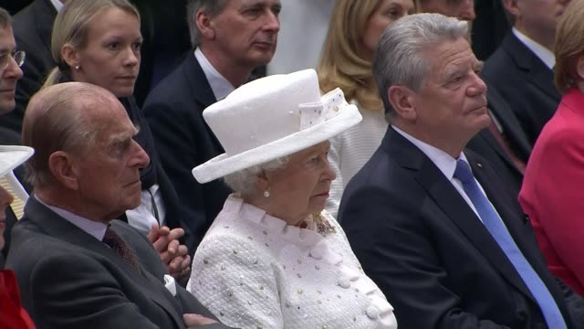 queen makes keynote speech on european unity int orchestra playing 'land of hope and glory' sot queen sitting with prince philip duke of edinburgh... - スプリー川点の映像素材/bロール