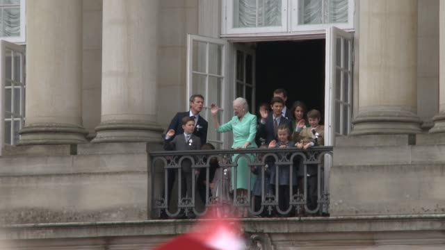 queen margrethe ii of denmark and the danish royal family appear before the public on the balcony of amalienborg palace as she celebrates her 75th... - königshaus stock-videos und b-roll-filmmaterial
