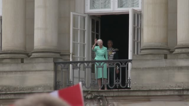 queen margrethe ii of denmark and the danish royal family appear before the public on the balcony of amalienborg palace as she celebrates her 75th... - 登場点の映像素材/bロール