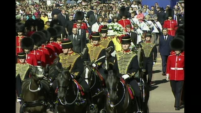 Queen marks 70th anniversary of the King's Troop Royal Horse Artillery T06099716 / TX The King's Troop Royal Horse Artillery in funeral procession of...