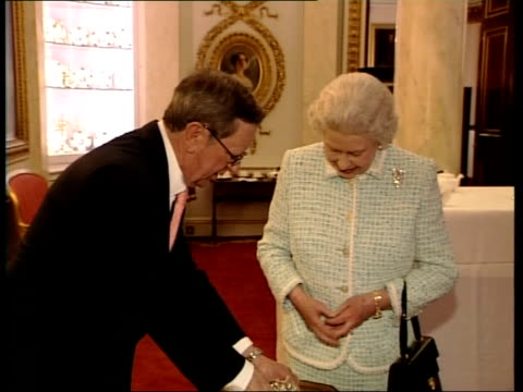 queen meets arsenal footballers at buckingham palace *** beware peter hillwood presenting queen with silver cannon as arsene wenger makes joke about... - アーセン・ベンゲル点の映像素材/bロール