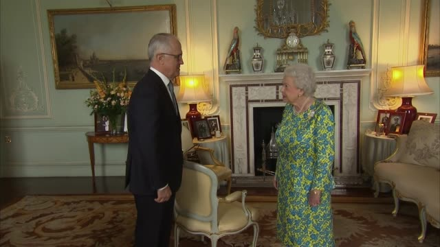 vídeos de stock, filmes e b-roll de queen meets australian prime minister malcolm turnbull england london buckingham palace int malcolm turnbull entering room and greeted by queen... - 2017