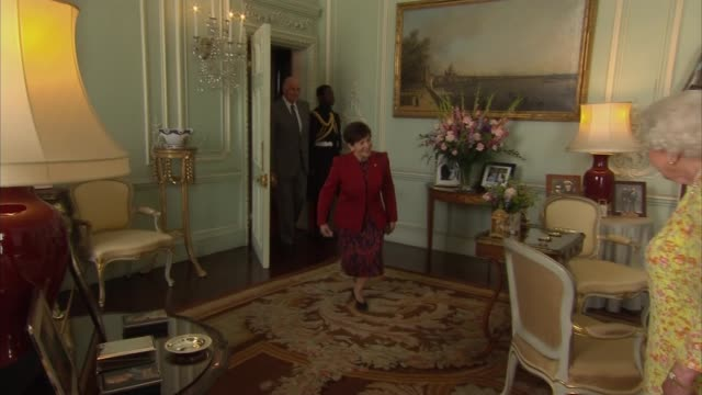 vídeos de stock, filmes e b-roll de queen meets governorgeneral of new zealand at buckingham palace england london buckingham palace int patsy reddy and david gascoigne into room and... - 2018